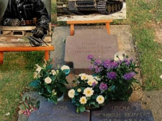 Besuch am Grabmal, von Tiger Ass Michael Wittmann & Besatzung